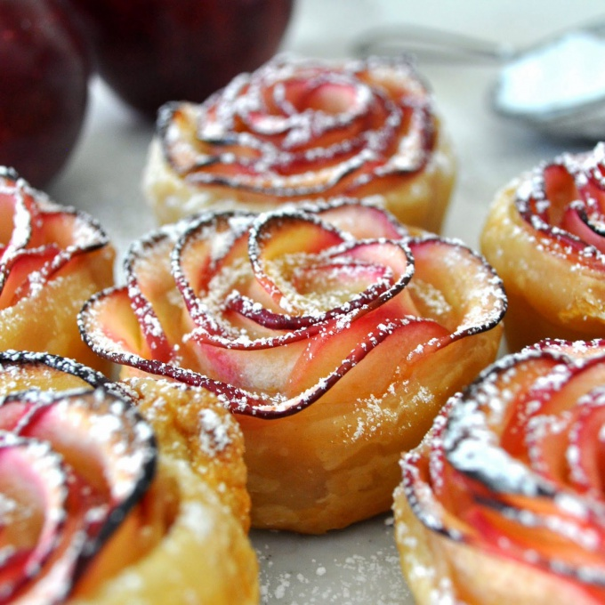 Rose of puff pastry with apples