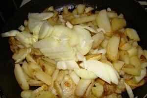 лук в жареную картошку