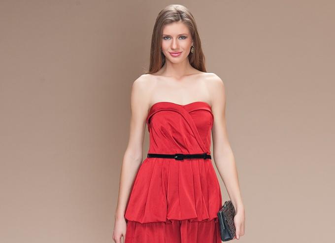 Как носить платье-бандо