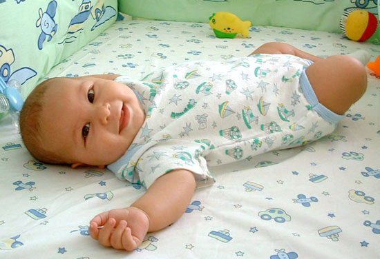 Ребенок в 3 месяца: что умеет и как его развивать