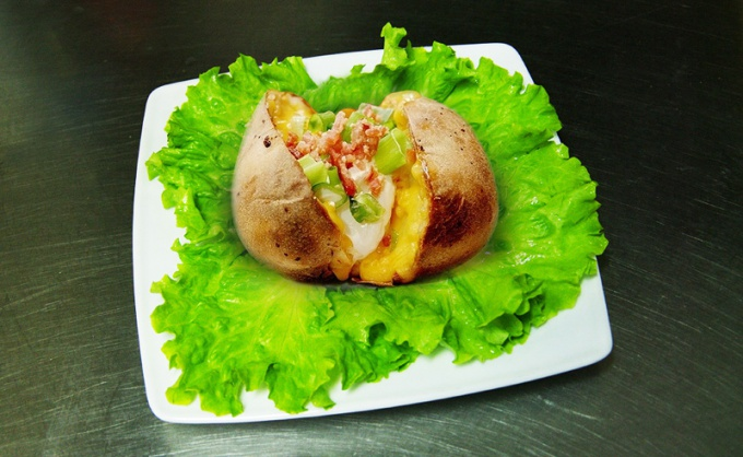 Potatoes cooked in the oven is easy and economical option for dinner at home