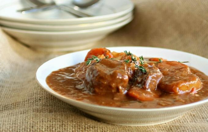 Рецепт гуляша включает такие обязательные ингредиенты как помидоры, острый и сладкий перец, лук