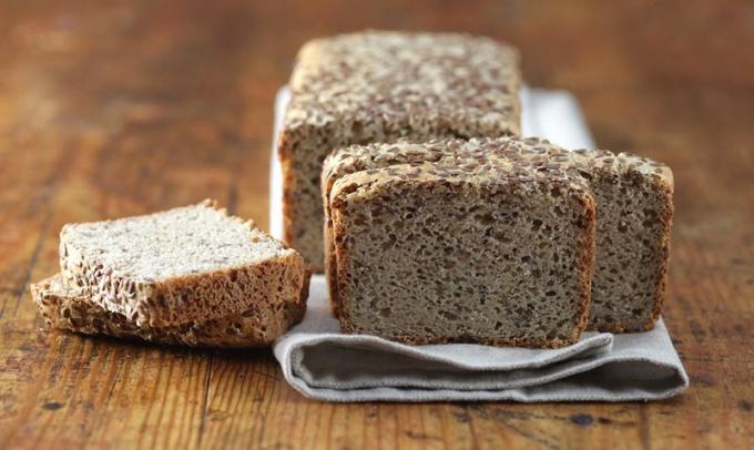 Чтобы хлеб, приготовленный без муки, получился пышным, тесто необходимо несколько раз обминать