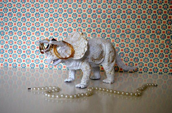 Как сделать подставку для украшений из игрушки