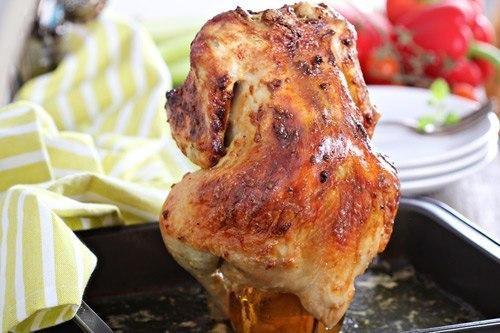 Курица, запечённая в духовке на банке с пивом