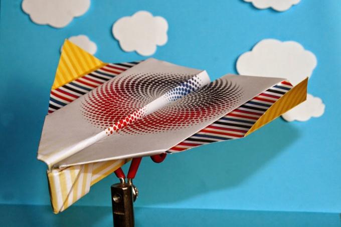 Попробуйте сделать из бумаги самолет, который летает 100 метров