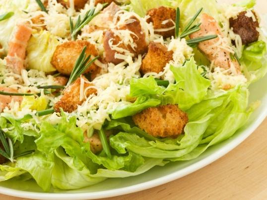 """Как приготовить салат """"Цезарь"""" с сухариками и курицей"""