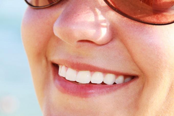 Узнайте, как отбелить зубы в домашних условиях без вреда для эмали
