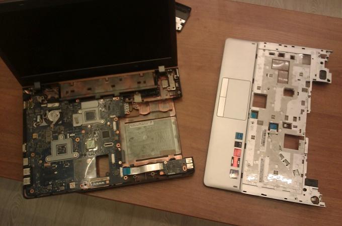 Откручиваем винты, крепящие верхнюю крышку ноутбука Samsung NP355V4C