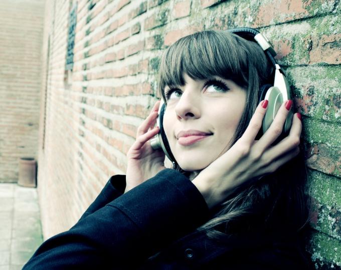 Найти песню, если не знаешь названия и исполнителя, помогут специальные сервисы
