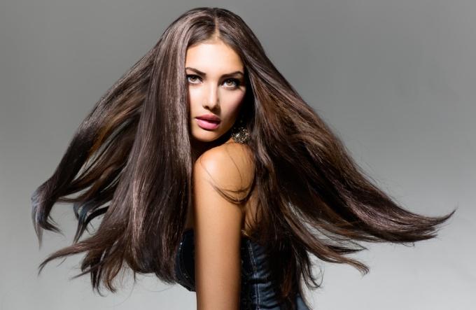 Как сохранить идеальную гладкость волос во влажную погоду