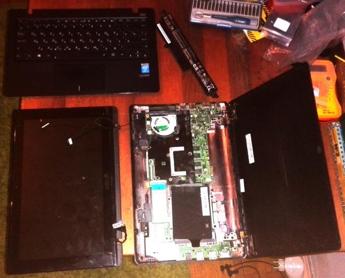 Ноутбук Asus X200L в разобранном виде