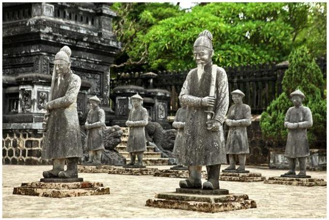statues hue