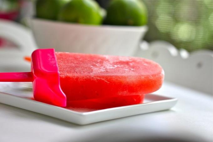 В отличие от обычного пломбира, фруктовый лед содержит минимум калорий.
