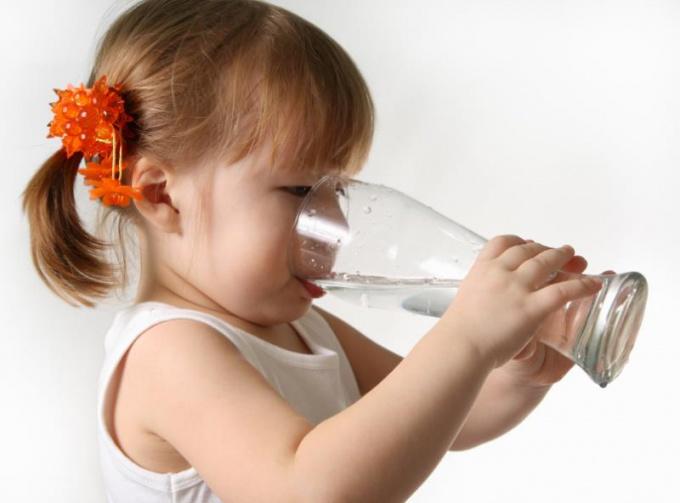 Теплая вода - эффективный способ избавиться от икоты