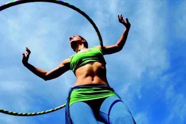 Потанцуйте с хулахупом под энергичную музыку - заряд бодрости обеспечен!