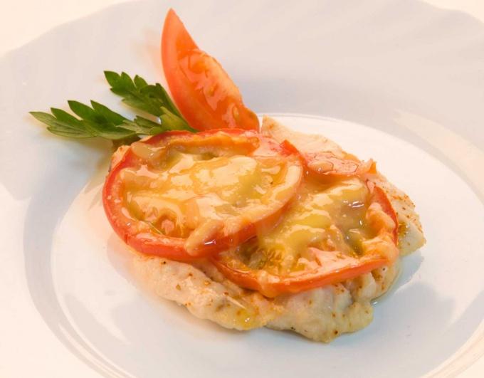 Куриное филе, запеченное с помидорами