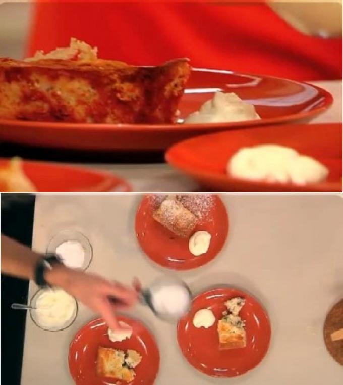Румяную творожную запеканку украшаем сахарной пудрой и подаём со сметаной.