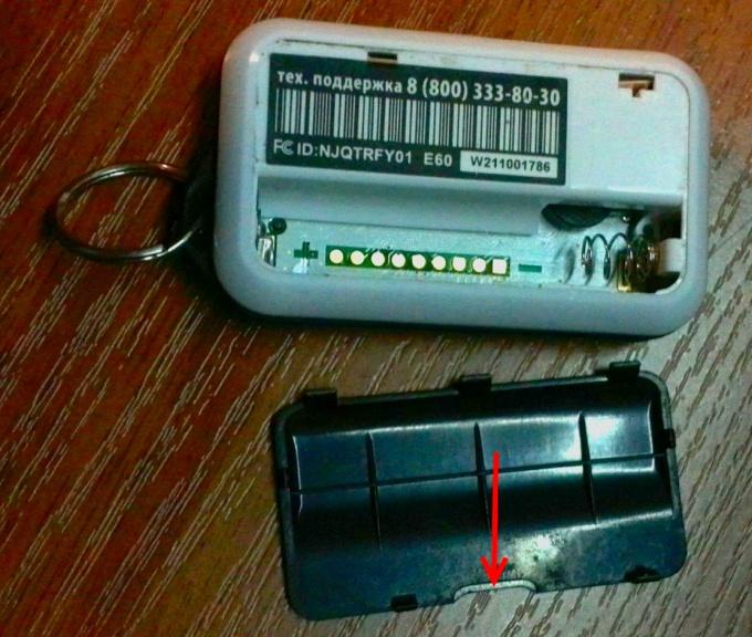 Открываем отсек для батареек брелка StarLine E61