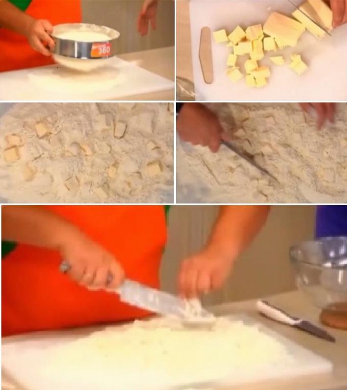 Процесс приготовления торта начинаем с замешивания теста для коржей. Для этого муку высыпаем на поверхность и сразу же соединяем её с предварительно нарезанными небольшими кубиками холодного сливочного масла. При этом масло не должно быть, как переморожен