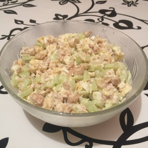 Салат с курицей, грибами и огурцом
