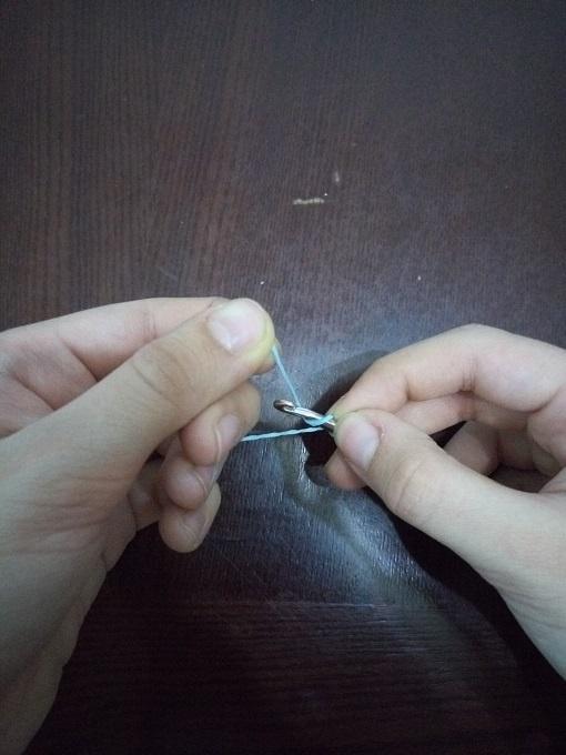Оборачивание резинки вокруг крючка