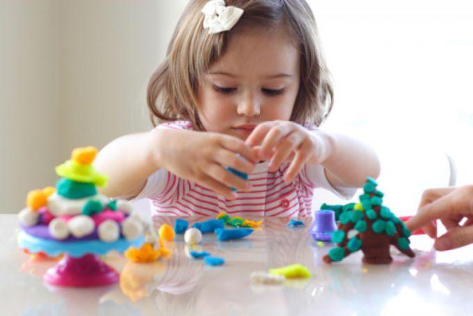 Развивать мелкую моторику ребенка можно с помощью простых подручных средств