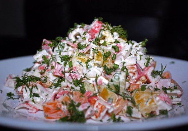 Салат из разноцветного перца и крабовых палочек