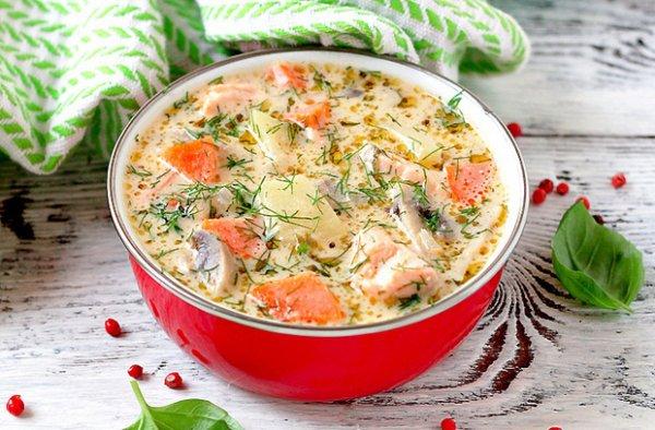 Сырный суп с кусочками форели