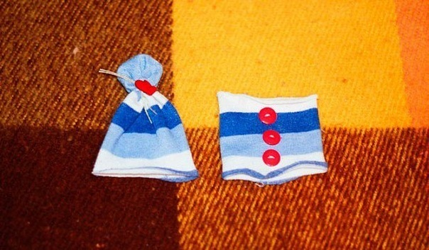 Из двух частей цветного носка сделайте шапочку и кофту