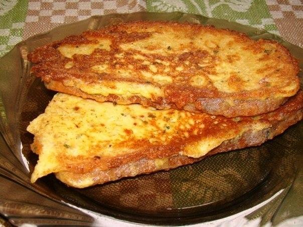 Как быстро приготовить вкусные гренки с сыром и маринованными огурцами