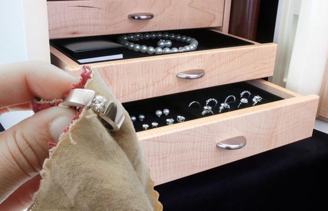 Как правильно почистить украшения из серебра?