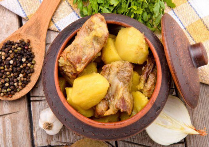 днем картошка с мясом в горшочках в духовке просто