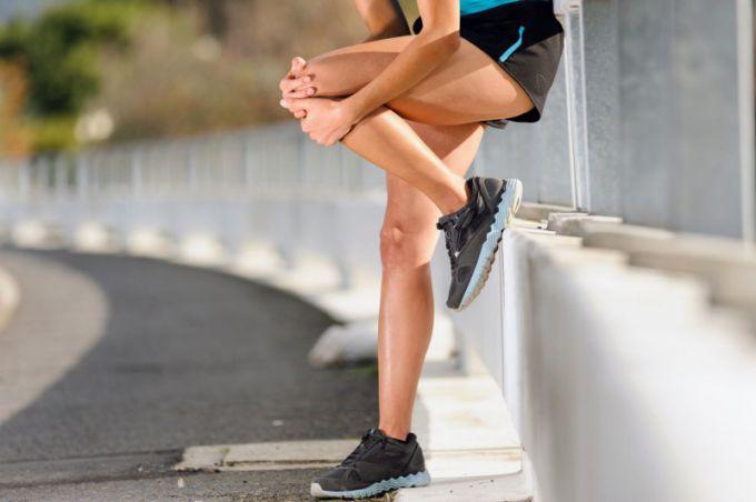 При ушибе колена в первые часы необходимо снизить нагрузку