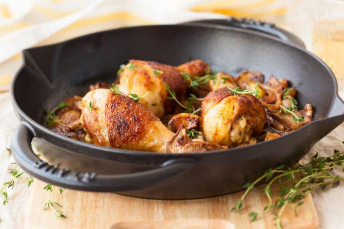 Перед жаркой замаринуйте курицу, она получится еще вкусней