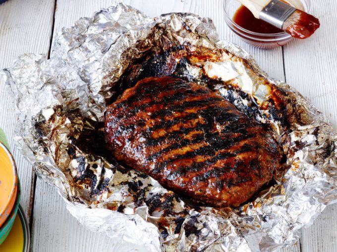 Перед запеканием мяса в фольге иногда его стоит обжарить