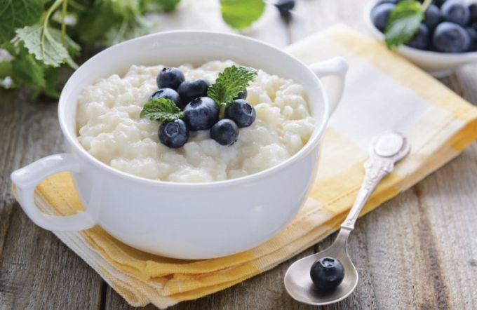 При подаче рисовую кашу можно сервировать фруктами или ягодами