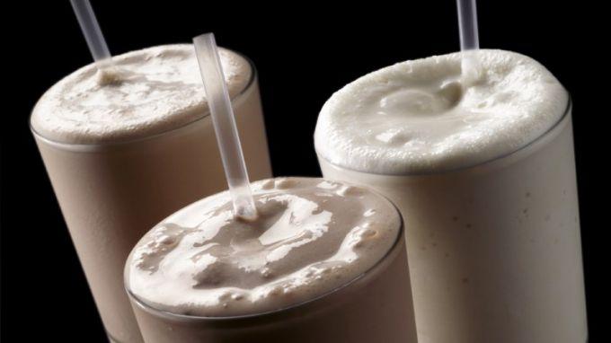 Для приготовления коктейля можно взять сывороточный протеин