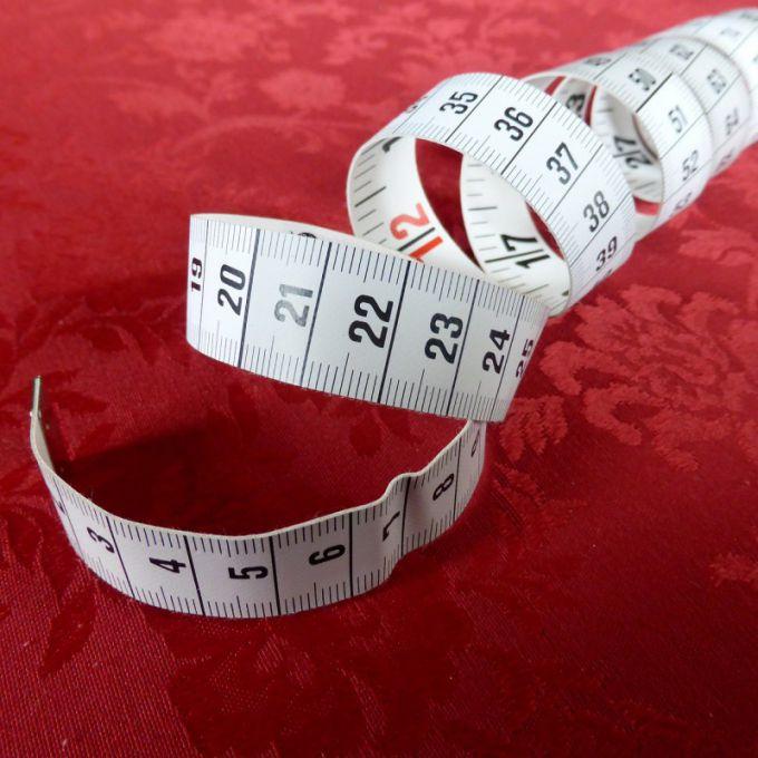 Используйте сантиметр для измерения охвата груди