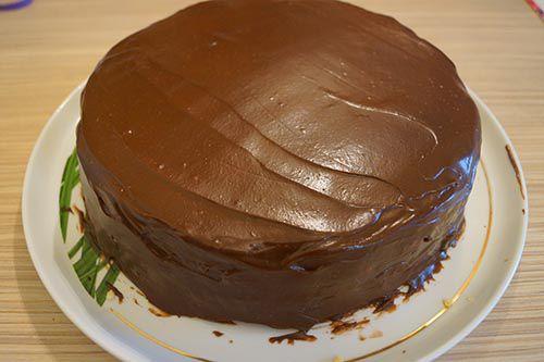 Смазываем торт глазурью.