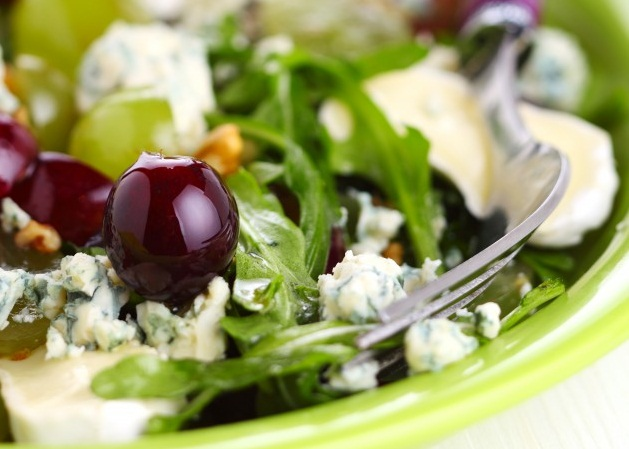 Салат с сыром и виноградом: отличное праздничное блюдо