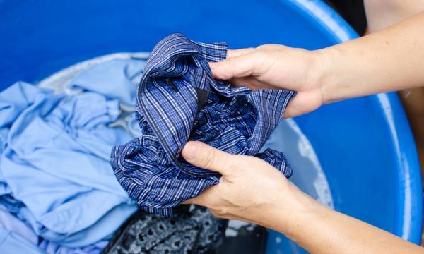 Как удалить пятна от косметики с одежды