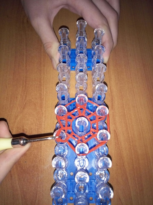 Снятие крючком нижних резинок с внешней стороны