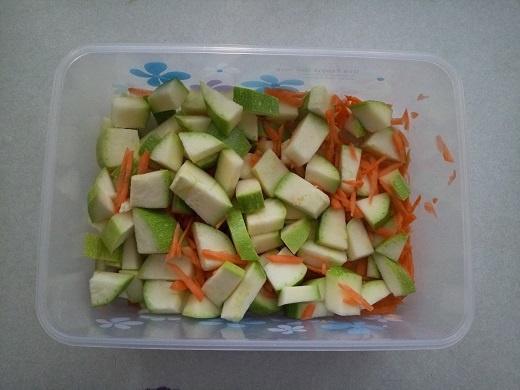 Порезанные кабачки и морковь