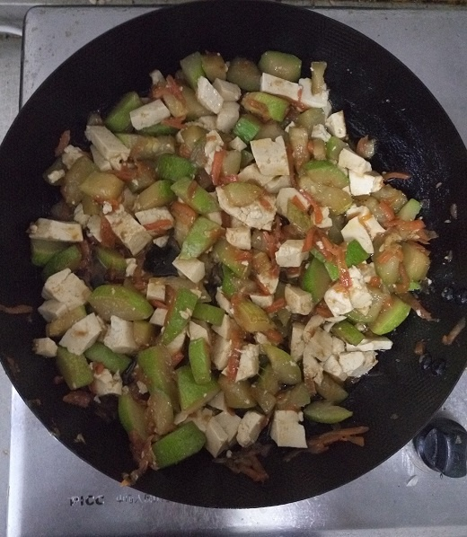 Готовое рагу из кабачков с сыром тофу