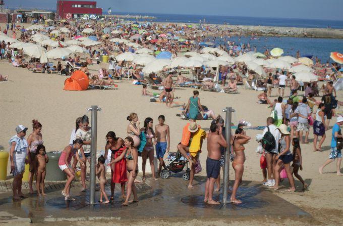 Пляжи Испании переполнены бюджетными туристами
