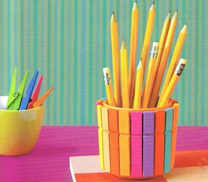 Яркий стакан для карандашей из бельевых прищепок