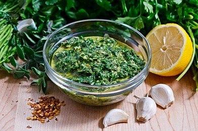 СМесь из зелени, чеснока, специй и масла для заправки