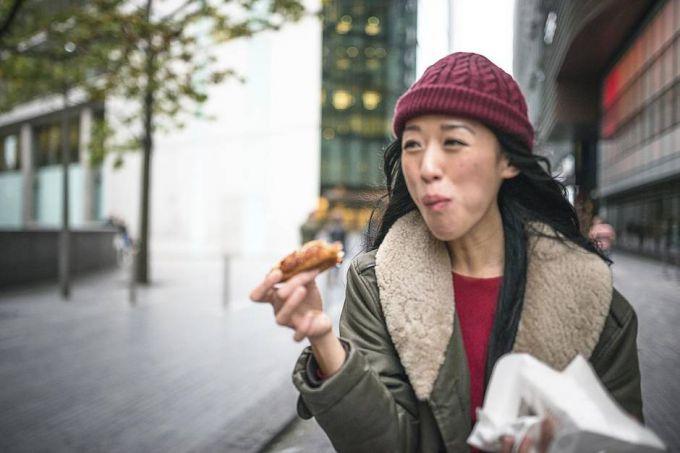 Почему нельзя кушать во время ходьбы