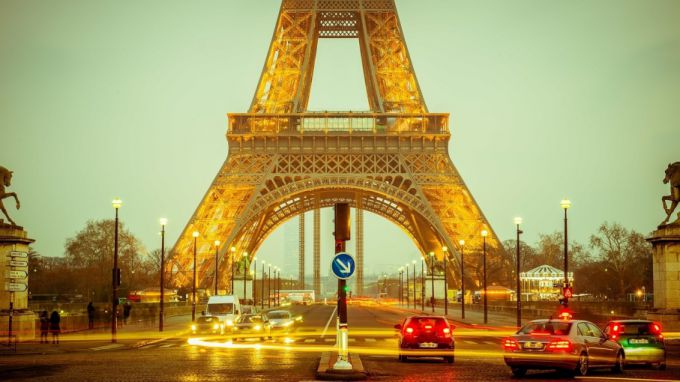 Эйфелева башня - одна из основных достопримечательностей Парижа